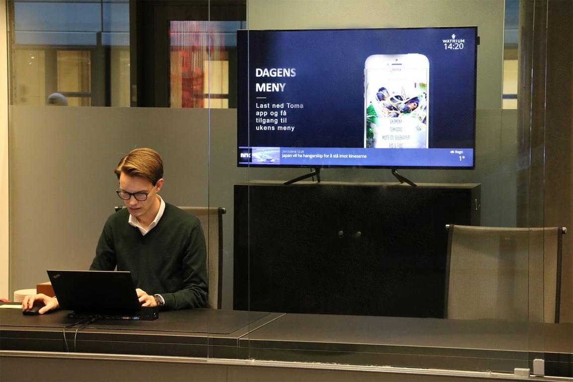 DatabeatOMNI og en infoskjerm i resepsjonsområdet i bygget